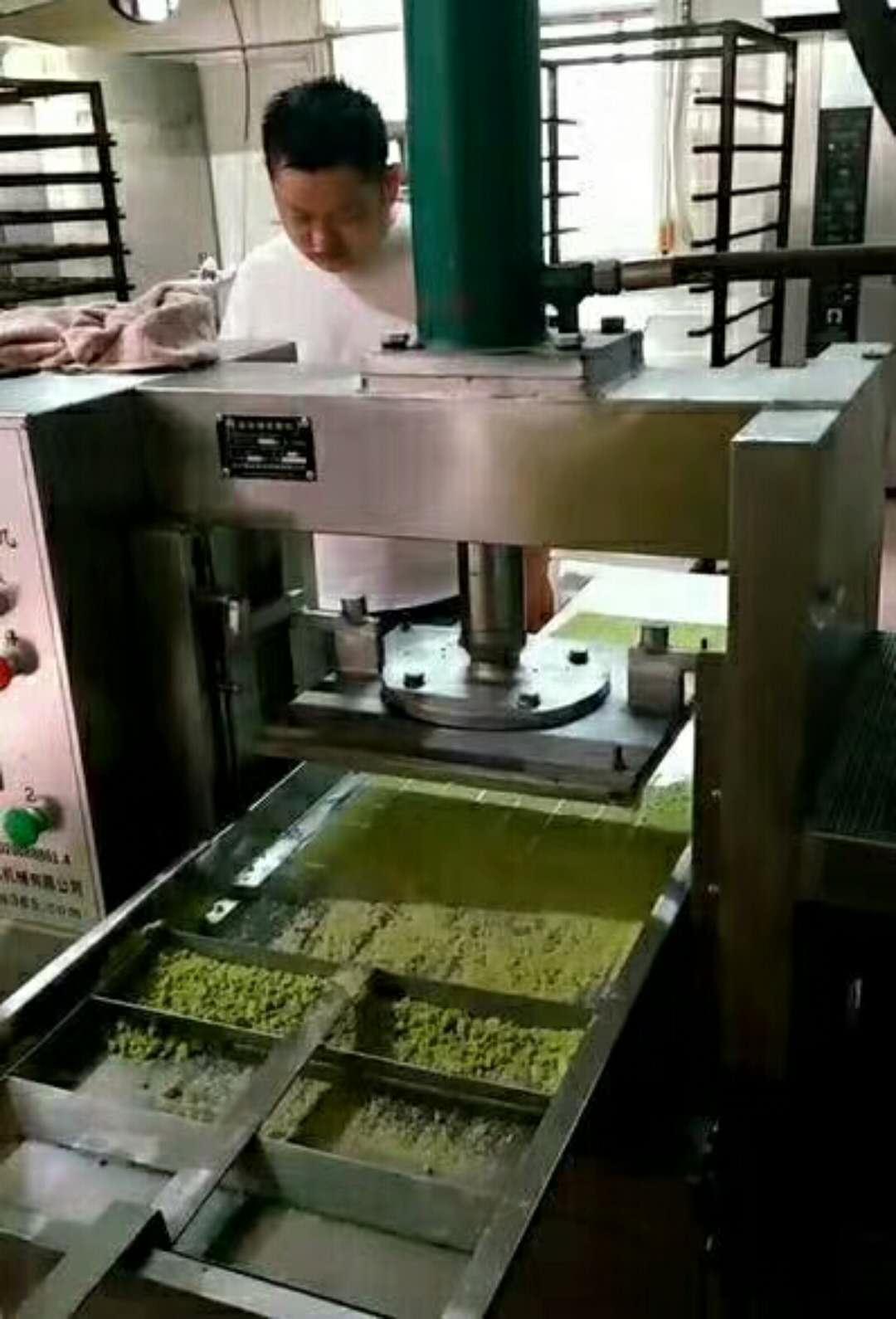 绿豆糕成型机客户试机