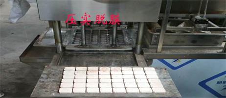全自动绿豆糕机压实脱膜过程